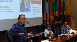 Ketua  Indonesia Halal Lifestyle Center, Dr. H. Sapta Nirwandar, saat menjadi narasumber The First Padjadjaran International Conference on Halal Innovations di Bale Sawala, Gedung Rektorat Unpad kampus Jatinangor, Jumat (14/10). (Foto oleh: Dadan T.)*