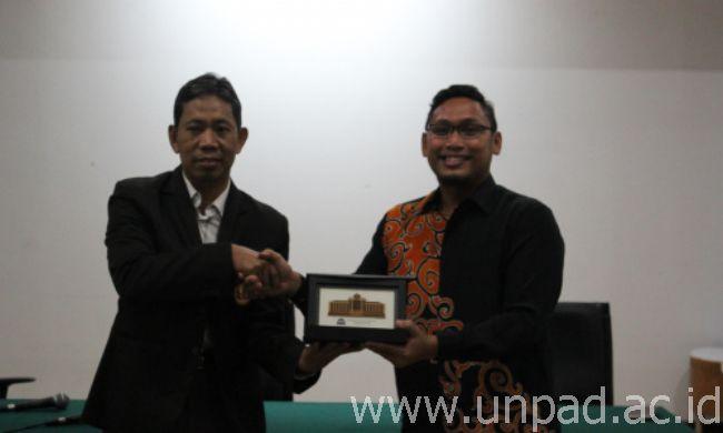Pertukaran  cenderamata antara Dr. Idris, S.H., LL.M dari Fakultas Hukum Unpad dan Dr. Hazmi dari USIM.