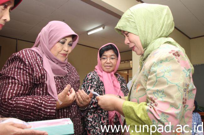 Ket6ua Darma Wanita Persatuan Unpad Tina Tri Hanggonno menyerahkan cinderamata kepada tiga anggota yang merupakan sesepuh dari DWP Unpad. (Foto oleh : Tedi Yusup)*