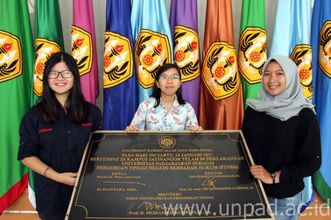 Tiga mahasiswa Fakultas Teknologi Industri Pertanian (FTIP) Universitas Padjadjaran meraih Juara I Lomba Karya Tulis Ilmiah V Nasional yang digelar Fakultas Kesehatan Masyarakat Universitas Andalas, Padang, 11-14 Februari 2017 lalu (Foto oleh : Tedi Yusup)*